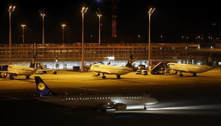 A Lufthansa plane taxies on the tarmac at the international airport in Munich September 7, 2012. REUTERS/Michael Dalder