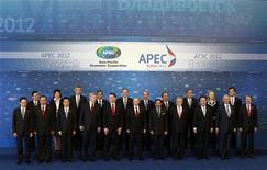 Лидеры стран АТЭС позируют для коллективной фотографии на саммите АТЭС во Владивостоке, 9 сентября 2012 года. Страны Азиатско-Тихоокеанского региона, включая Китай, США и Японию, пообещали принять меры для ускорения роста и устранить ограничения на экспорт продовольствия в попытке оживить глобальную экономику. REUTERS/Sergei Karpukhin