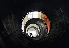 Рабочий на заводе по прозводству оборудования для ветряной энергетики в городе Цзоупинь, 18 мая 2011 года. Китайские предприятия работали в августе 2012 года наиболее низкими темпами за 39 месяцев, в то время как двузначный рост инвестиций в основные средства указал на то, что инфраструктурные расходы остаются ключевой составляющей роста экономики КНР. REUTERS/China Daily
