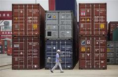 <p>Le port chinois de Yangtze, dans la province de Hubei. La croissance des exportations chinoises a été moins importante que prévu en août tandis que les importations ont baissé contre toute attente, sur fond de recul de la demande intérieure et de crise économique mondiale. /Photo prise le 10 juillet 2012/REUTERS/Stringer</p>