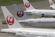Самолеты Japan Airlines стоят на взлетно-посадочной полосе в аэропорту в Токио, 10 сентября 2012 года. Japan Airlines планирует собрать в ходе первичного размещения акций $8,5 миллиарда благодаря высокому спросу на бумаги авиаперевозчика, испытавшего банкротство в 2010 году. REUTERS/Toru Hanai