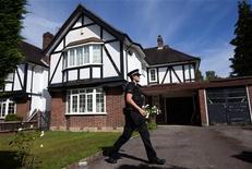 Policiais vasculham a casa de Saad al-Hilli em Claygate, sul da capital inglesa. 06/09/2012 REUTERS/Neil Hall