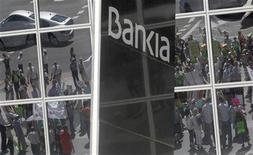 <p>La Commission européenne a donné un accord provisoire à une augmentation de capital de 4,5 milliards d'euros du groupe espagnol BFA-Bankia. /Photo prise le 23 juin 2012/REUTERS/Andrea Comas</p>