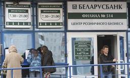 Люди стоят у офиса банка в Минске, 13 октября 2011 г. Нацбанк Белоруссии с 12 сентября снижает ставку рефинансирования до 30,0 процента с 30,5 процента, которая была установлена с 15 августа, сообщил Нацбанк. REUTERS/Natallia Ablazhei