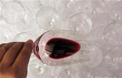 <p>Les exportations de vins et spiritueux français ont grimpé de 14% au premier semestre, tirées par la demande des pays asiatiques pour le bordeaux et le cognac. /Photo d'archives/REUTERS/Régis Duvignau</p>