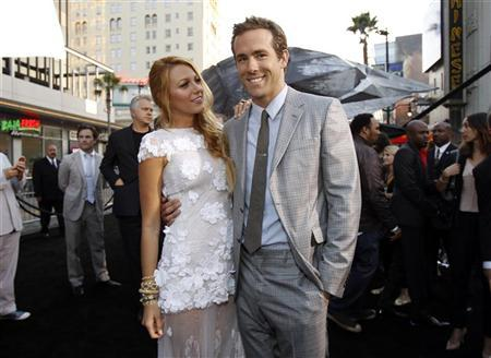 Cast members Ryan Reynolds and Blake Lively pose at the premiere of ''Green Lantern'' at the Grauman's Chinese theatre in Hollywood, California June 15, 2011. REUTERS/Mario Anzuoni