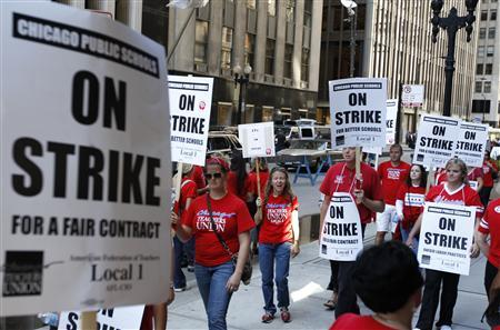Chicago teachers walk the picket line outside the headquarters of Chicago Public Schools in Chicago September 10, 2012. REUTERS/Jeff Haynes