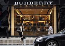 <p>L'action Burberry chute de près de 18% en début de séance mardi à la Bourse de Londres après que le groupe de luxe britannique a prévenu que son bénéfice annuel serait dans le bas de la fourchette des prévisions de marché en raison du ralentissement des ventes à l'oeuvre ces dernières semaines. /Photo prise le 11 juillet 2012/REUTERS/Jason Lee</p>