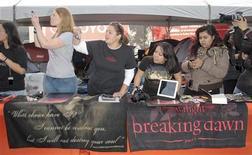 """Поклонники фильма """"Сумерки"""" фотографируют актеров на премьере """"Сумерки. Сага. Рассвет. Часть 1"""" в Лос-Анджелесе, 13 ноября 2011 года. Финальная часть вампирской саги """"Сумерки. Сага. Рассвет. Часть 2"""" стала самым ожидаемым фильмом этой осени, а для адаптации мюзикла """"Отверженные"""" поклонники ждут статуэток """"Оскар"""", свидетельствуют данные опроса киносайта Fandango. REUTERS/Jason Redmond"""
