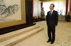 Chinese Premier Wen Jiabao waits for Egypt's President Mohamed Mursi (not pictured) before their meeting in the Great Hall of the People in Beijing, August 29, 2012. REUTERS/How Hwee Young/Pool