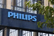 Логотип Philips перед входом в офис компании в Брюсселе, 11 сентября 2012 года. Philips Electronics расширил программу сокращения издержек до 1,1 миллиарда евро ($1,4 миллиарда) и сообщил о дополнительном увольнении 2.200 сотрудников. REUTERS/Francois Lenoir