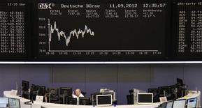 <p>Les Bourses européennes restent orientées en léger recul mardi à mi-séance, les investisseurs optant pour la prudence en attendant la décision de la Cour constitutionnelle allemande sur la légalité du nouveau fonds de sauvetage européen et la décision de politique monétaire de la Réserve fédérale américaine. À Paris, l'indice CAC 40 perd 0,44% à 3.490,69 points vers 13h15 et Francfort cède 0,1%. /Photo prise le 11 septembre 2012/REUTERS/Remote/Amanda Andersen</p>