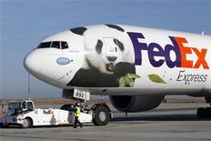 <p>Le titre Fedex est à suivre sur les marchés américains, le géant de la messagerie ayant reçu l'autorisation de Pékin de fournir lui-même des services dans certaines villes chinoises. /Photo prise le 15 janvier 2012/REUTERS/Benoît Tessier</p>