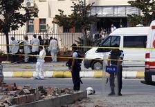 Эксперты работают на месте взрыва в Стамбуле, 11 сентября 2012 г. Один человек погиб и трое получили ранения в результате взрыва в крупнейшем городе Турции Стамбуле, сообщило турецкое новостное агентство Dogan. REUTERS/Osman Orsal