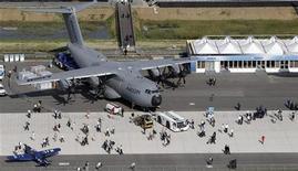 <p>Au salon aéronautique ILA de Berlin. Selon le directeur commercial d'Airbus, John Leahy, l'avionneur européen est bien parti pour vendre au moins 650 avions cette année, mais ne s'attend pas à engranger de nouvelles commandes à Berlin. /Photo prise le 11 septembre 2012/REUTERS/Tobias Schwarz</p>