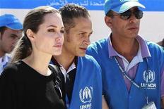 Enviada especial da agência da ONU para refugiados e atriz Angelina Jolie (E) chega ao campo de refugiados Al Zaatari, que está abrigando refugiados sírios deslocados pelo conflito, em Mafraq, na Jordânia. 11/09/2012 REUTERS/Muhammad Hamed