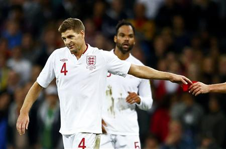 England's Steven Gerrard (L) gives the captain's armband to Frank Lampard (R) after being sent off during their 2014 World Cup qualifying soccer match against Ukraine at Wembley stadium in London September 11 , 2012. REUTERS/Darren Staples
