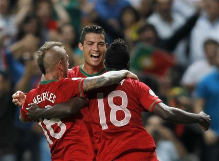 Portugal's Silvestre Varela (R) celebrates his goal against Azerbaijan with his teammates Cristiano Ronaldo (C) and Raul Meireles during their 2014 World Cup Qualifying match in Braga September 11, 2012. REUTERS/Miguel Vidal