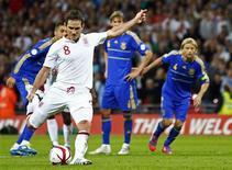 Jogador inglês Frank Lampard cobra pênalti em partida pelas eliminatórias para a Copa do Mundo de 2014 contra a seleção da Ucrânia, em Londres. Lampard garantiu um ponto para a Inglaterra com o pênalti aos 42 minutos do segundo tempo no empate de 1 x 1, nesta terça-feira. 11/09/2012 REUTERS/Darren Staples
