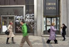 <p>Dans une rue de Madrid. La dégradation de sa situation budgétaire, la pression des milieux d'affaires et celle des agences de notation risquent fort de contraindre l'Espagne à solliciter une aide extérieure, même si le gouvernement assure ne pas être pressé de prendre une décision, estiment des analystes et des sources. /Photo prise le 19 avril 2012/REUTERS/Paul Hanna</p>