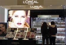 <p>L'Oréal à suivre à la Bourse de Paris. Les autorités américaines ont demandé au groupe de cesser de faire la publicité de certains de ses produits en utilisant des termes susceptibles de les faire passer pour des médicaments. /Photo prise le 13 avril 2012/REUTERS/Ints Kalnins</p>
