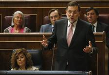 <p>Le président du gouvernement espagnol Mariano Rajoy a déclaré mercredi lors d'un débat au Parlement que Madrid continuait d'étudier les conditions qui seraient attachées à un plan d'aide européen, après l'annonce la semaine dernière d'un programme de rachat de dette par la BCE, en précisant que l'amélioration des conditions de marché pourraient l'en dispenser. /Photo prise le 12 septembre 2012/REUTERS/Andrea Comas</p>