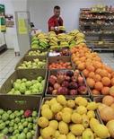 Работник магазина Магнит в Москве раскладывает овощи и фрукты, 1 августа 2012 года. Инфляция в РФ замедлилась за период с 4 по 10 сентября 2012 года до 0,1 процента после прироста на 0,2 процента неделей ранее, сообщил Росстат. REUTERS/Sergei Karpukhin