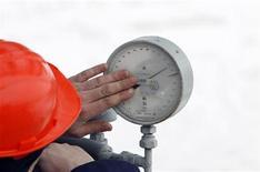 Сотрудник Газпрома проверяет датчик давления на газовой компрессорной станции в Судже 14 января 2009 года. Россия может рассмотреть вопрос о скидке на газ для Молдавии, если Кишинев остановит процесс присоединения к европейскому энергетическому регулированию, которое Москва считает дискриминационным для Газпрома. REUTERS/Denis Sinyakov