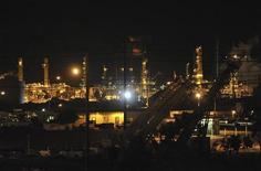 Нефтеперерабатывающий завод в Калифорнии, 7 августа 2012 г. Запасы нефти в США выросли за неделю, завершившуюся 7 сентября, на 1,99 миллиона баррелей до 359,09 миллиона баррелей, сообщило в среду Управление энергетической информации (EIA). REUTERS/Susana Bates