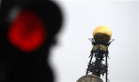 The dome of the Bank of Spain is seen beside a red traffic light in central Madrid February 15, 2010. REUTERS/Sergio Perez
