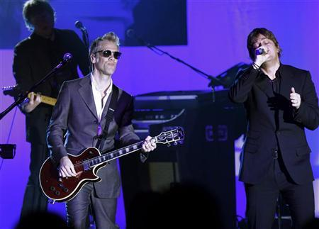 Rob Thomas (R) of Matchbox Twenty performs during the Muhammad Ali Celebrity Fight Night awards banquet in Scottsdale, Arizona, March 19, 2011. REUTERS/Joshua Lott