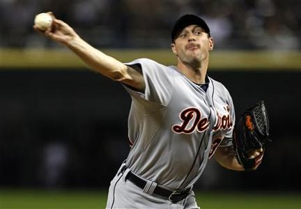 Detroit Tigers starting pitcher Max Scherzer throws a pitch in the first inning against the Chicago White Sox during their MLB baseball game in Chicago, September 12, 2012. REUTERS/Jeff Haynes