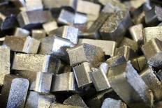 Маленькие слитки алюминия на заводе в Мостаре, 12 октября 2011 г. Таджикистан, крупнейший производитель первичного алюминия в Центральной Азии, снизил прогноз производства этого металла сразу на 15,5 процента до 281.000 тонн, что выше показателей прошлого года лишь на символические 1,2 процента, сказал Рейтер источник, близкий к руководству государственной Таджикской алюминиевой компании (TALCO). REUTERS/Dado Ruvic