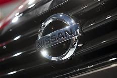 Логотип Nissan на автомбиле на Международном автошоу в Нью-Йорке, 4 апреля 2012 г. Nissan Motor Co. отозвал 51.000 автомобилей для изучения креплений рулевого колеса, сообщила компания.  REUTERS/Andrew Burton