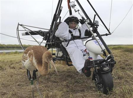 Russian President Vladimir Putin sits in a motorised deltaplane near a crane at Yamalo-Nenets district September 5, 2012. REUTERS/Alexsey Druginyn/RIA Novosti/Kremlin