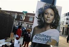 """Cartaz dom o rosto de Whitney Houston é visto na frente da igreja antes do funeral da cantora em Newark, nos EUA. A morte acidental de Whitney, em fevereiro, foi apontada como a notícia de celebridades mais """"Oh, meu Deus!"""" no primeiro semestre de 2012, segundo uma pesquisa divulgada na quinta-feira. 18/02/2012 REUTERS/Mike Segar"""