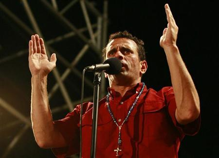 Opposition presidential candidate Henrique Capriles talks to supporters during a campaign rally in Maracaibo September 11, 2012. REUTERS/Isaac Urrutia
