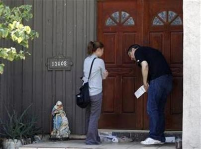 Reporters knock on the front door of a home believed to be connected to the controversial film ''Innocence of Muslims'' in Cerritos, California September 13, 2012. REUTERS/Lucy Nicholson