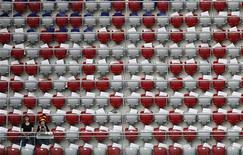 Болельщики сборной Германии ждут начала полуфинального матча ЧЕ-2012 против Италии на трибуне стадиона в Варшаве, 28 июня 2012 года. REUTERS/Leonhard Foeger
