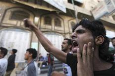 Демонстрант выкрикивает лозунги во время акции протеста в Сане, 13 сентября 2012 года. Сотни демонстрантов атаковали посольства США в Йемене, Египте и других мусульманских странах и волна беспорядков, прокатившаяся по Ближнему Востоку в ответ на фильм о пророке Мухаммеде, может превратиться в очень серьезную проблему для президента США Барака Обамы, который пытается не допустить трансформации арабской весны в новый всплеск антиамериканизма. REUTERS/Mohamed al-Sayaghi