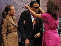 Boxeador Muhammad Ali recebe a Medalha da Liberdade de sua filha Laila no Centro Constitucional Nacional, na Filadélfia. 13/09/2012. REUTERS/Tim Shaffer