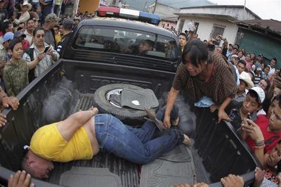 Thieves face lynch mob