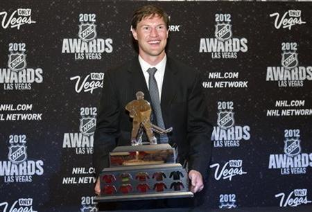 Phoenix Coyotes captain Shane Doan poses with the Mark Messier Leadership Award during the 2012 NHL Awards show at the Wynn Las Vegas Resort in Las Vegas, Nevada June 20, 2012. REUTERS/Steve Marcus