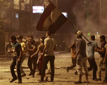 Protesters take their positions during clashes with riot police along a road at Kornish El Nile in the tunnel which leads to the U.S. embassy, near Tahrir Square in Cairo September 15, 2012. Clashes near the U.S. Embassy in central Cairo between police and Egyptians incensed over a film denigrating the Prophet Mohammad entered their fourth day early on Saturday, leaving one protester dead and dozens more injured. REUTERS/Amr Abdallah Dalsh
