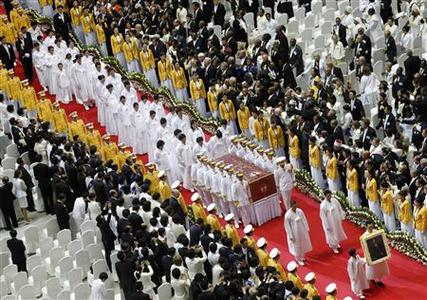 Honor guards carry the body of Sun Myung Moon as his family members follow during a funeral service for the late founder of the Unification Church, at the CheongShim Peace World Center in Gapyeong, about 60 km (37 miles) northeast of Seoul September 15, 2012. REUTERS/Lee Jae-Won