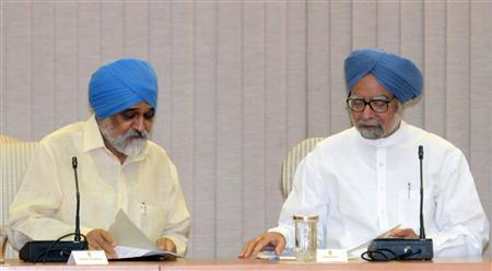 Indian Prime Minister Manmohan Singh (R) talks with Planning Commission Deputy Chairman Montek Singh Ahluwalia during a full planning commission meeting at the prime minister's residence in New Delhi, September 15, 2012. REUTERS/Raveedran/Pool