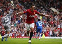 Javier Hernandez, do Manchester United, comemora gol marcado contra o Wigan durante partida do campeonato inglês em Manchester, Inglaterra. O Manchester United e o Arsenal subiram para os quatro melhores do campeonato inglês após vitórias enfáticas em casa sobre Wigan e Southampton no sábado. 15/09/2012 REUTERS/Darren Staples