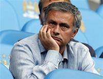 Técnico do Real Madri, José Mourinho, aguarda início da partida contra o Queens Park Rangers no estádio The Etihad em Manchester, Inglaterra. Mourinho voltou a criticar a atitude de grande parte de seu time depois que os campeões sofreram uma derrota de 1 x 0 para o Sevilla, ficando oito pontos atrás do líder Barcelona, no sábado. 01/09/2012 REUTERS/Phil Noble