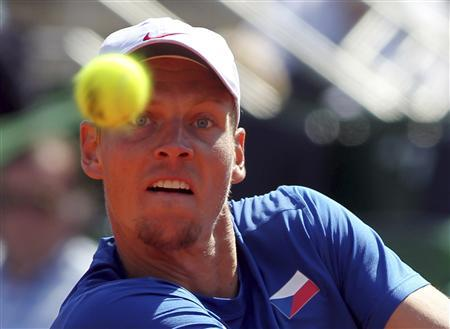 Tomas Berdych of Czech Republic eyes the ball during a Davis Cup World Group tennis match against Carlos Berlocq of Argentina in Buenos Aires September 16, 2012. REUTERS/Enrique Marcarian