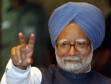 Prime Minister Manmohan Singh flashes a victory sign after addressing a news conference in Mumbai April 13, 2009. REUTERS/Punit Paranjpe/Files